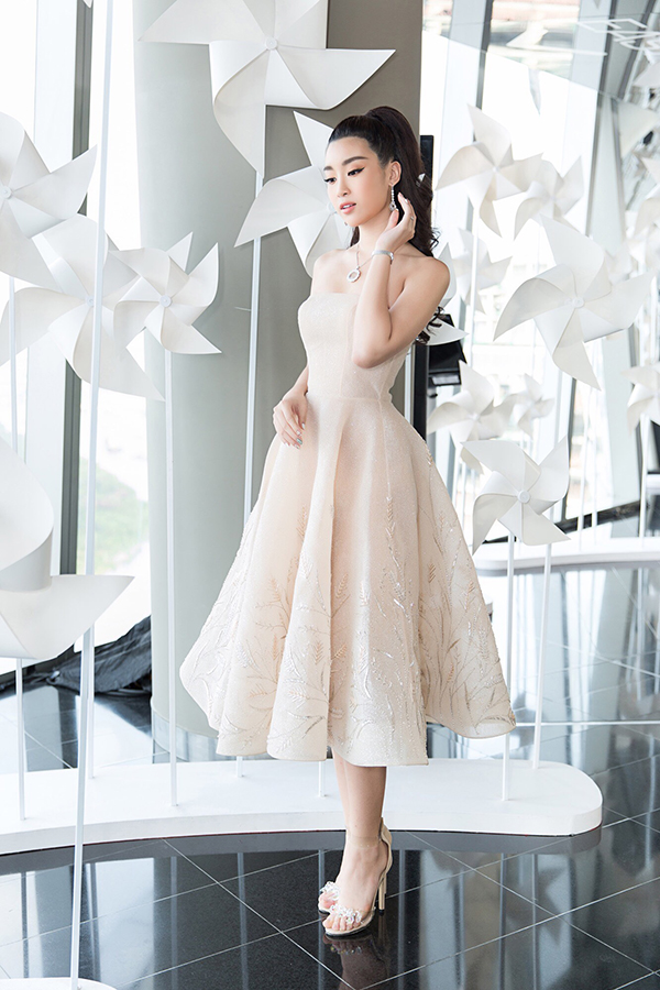 Nhã Phương đẹp tinh khôi, Mỹ Linh sắc sảo tại Chung Thanh Phong Fashion Show 5