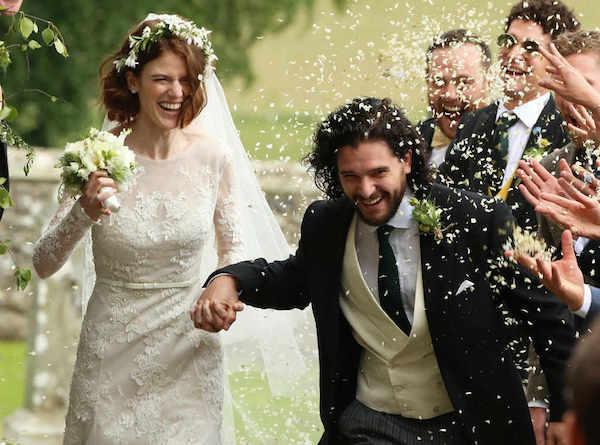 Cặp đôi mới cưới nỏnụ cười hạnh phúc.