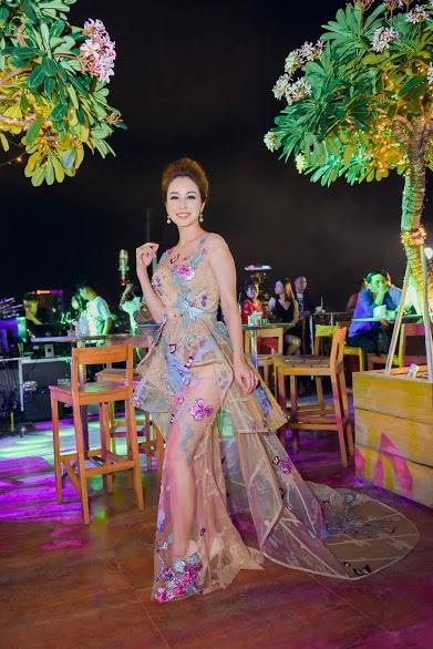 Dù đã là mẹ của 3 con, Hoa hậu Jennifer Phạm vẫn quyến rũ với dáng ngọc ngà.