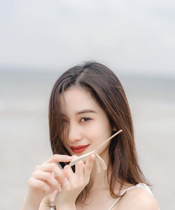Jun Vũ thu hút được sự quan tâm của công chúng sau khi thủ vai 'Tuyết Anh' trong bộ phim remake đình đám 'Tháng năm rực rỡ.
