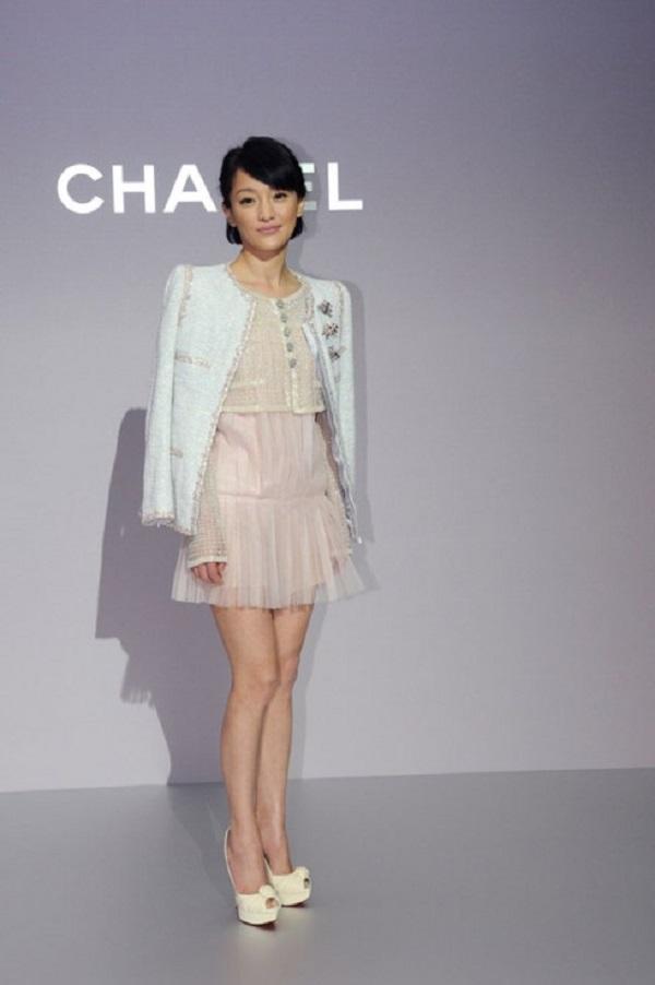 Bên cạnh những mẫu đầm lộng lẫy, cô cũng thường xuyên lựa chọn những thiết kế dángngắn khoe chân thon khi thamgiasự kiện