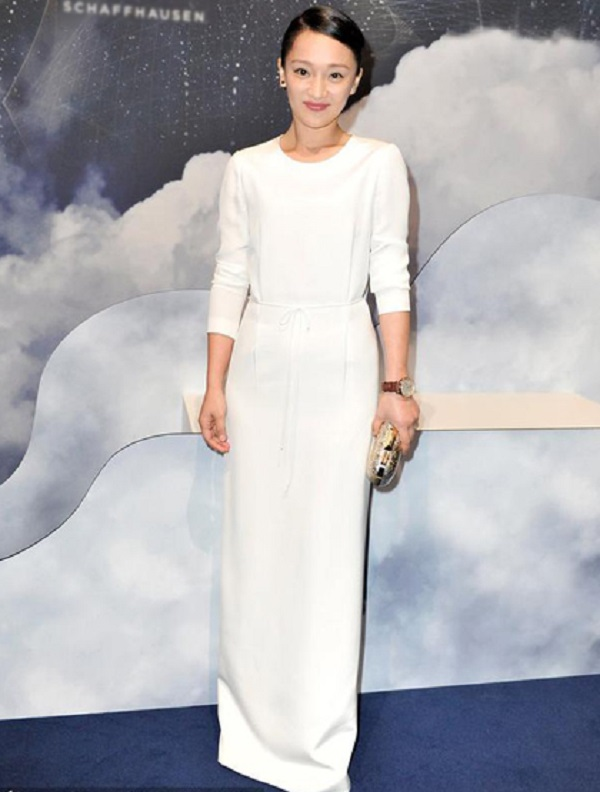 Cô thường dành tình cảm đặc biệt của mình với nhữngtrang phục mang sắc trắng tinh khôi.