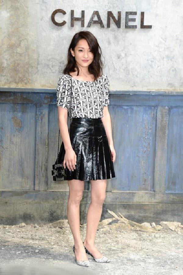 Chính bởi có gu thời trang ấn tượng nênChâu Tấn thường xuyêntrở thành khách mời của nhiềunhãn hàng thời trang nổi tiếng.