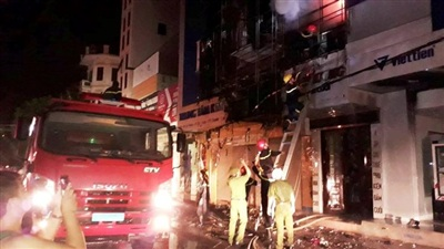 Đám cháy khiến giao thông ùn tắc kéo dài nhiều km.