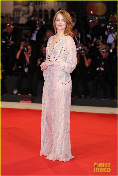 Emma Stone sánh bước cùng bạn trai Taylor Swift trong nhiều sự kiện tại LHP Venice 0
