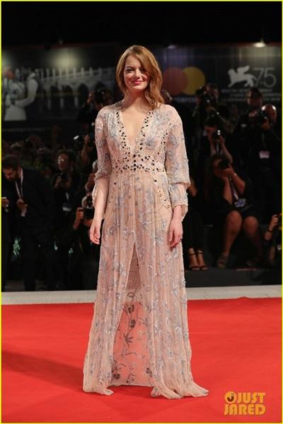 Emma Stone sánh bước cùng bạn trai Taylor Swift trong nhiều sự kiện tại LHP Venice 1