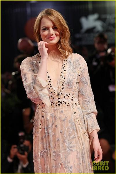 Emma Stone tỏa sáng như một nữ thần trên thảm đỏ.