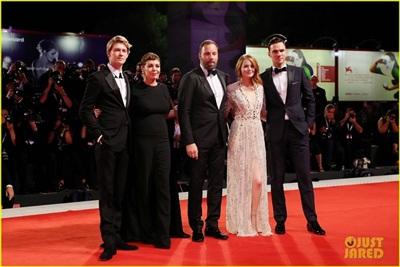 Emma Stone sánh bước cùng bạn trai Taylor Swift trong nhiều sự kiện tại LHP Venice 4