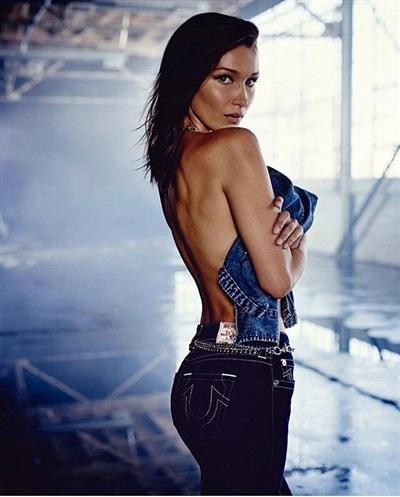 Cô diện một chiếc quần jeans bó sát khoe vòng 3. Bên cạnh đó là sự khéo léo sử dụng áo khoác denim che phần trước ngực, chỉ để lộ lưng trần gợi cảm.