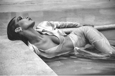 Dù kinh nghiệm làm người mẫu chưa nhiều nhưng cô rất biết cách khoe trọn đường cong cơ thể của mình, ngay cả khi ngâm mình dưới nước.