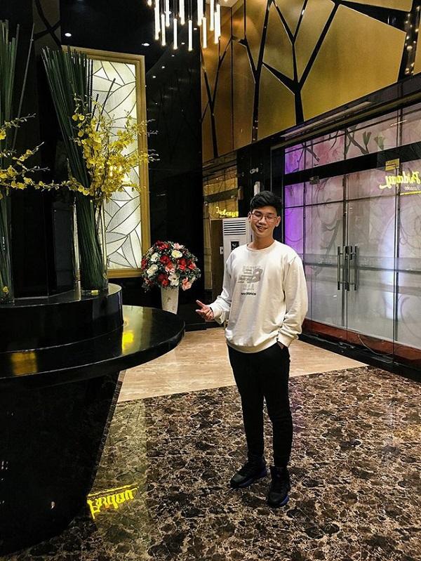 Sĩ Phú với gương mặt điển trai và sở hữu chiều cao 'khủng'