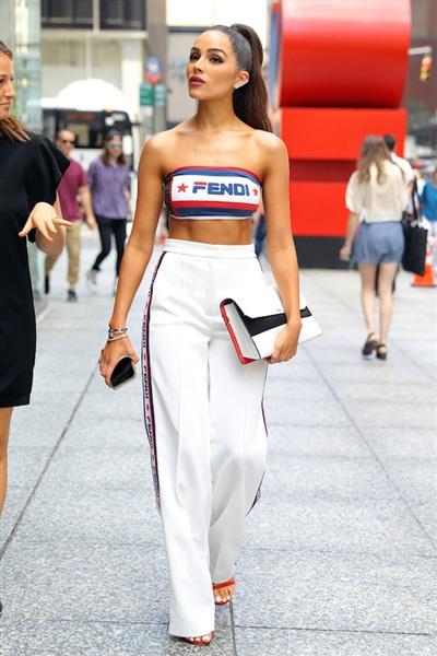 Olivia Culpo thu hút mọi ánh nhìn trên đường phố New York khi diện đồ Fendi thời thượng. Chiếc áo crop top đã hoàn thành nhiệm vụ khoe vai trần quyến rũ của Olivia. Đồng thời với bộ trang phục này, cô nàng được đánh giá cao trong cách 'chơi' màu ton sur ton tinh tế.