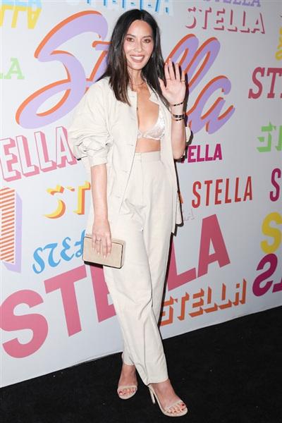 Olivia Munn cũng 'chơi' cả cây trắng từ trang phục tới phụ kiện. Để tránh sự phản cảm vì đang diện bra, nữ diễn viên gốc Việt khoác thêm áo sơ mi oversize.