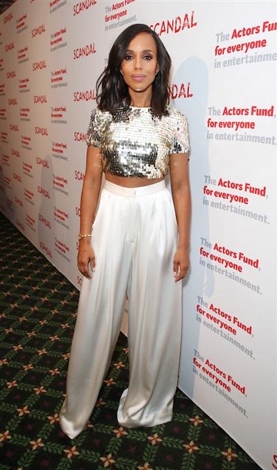 Là một trong những ngôi sao có phong cách chất nhất Hollywood, Kerry Washington mặc áo crop-top sequin lấp lánh cùng quần lụa ống rộng khi đi dự một sự kiện.