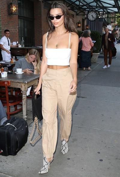 Tại tuần lễ thời trang New York, chân dài Emily Ratajkowski chọn gam màu trung tính cho bộ trang phục. Chiếc quần be cạp cao đi kèm áo hai dây crop top trắng một cách không thể hoà hợp hơn. Thêm vào đó, đôi bốt da rắn của Emily đã tạo điểm nhấn cho trang phục.