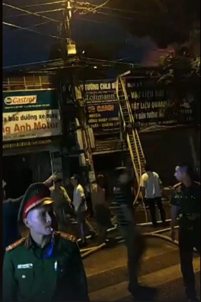 Người dân khu vực xung quanh phải sơ tán ra khỏi nhà để đảm bảo an toàn