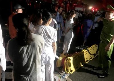 Băng ca đã được đưa vào hiện trường hỗ trợ người bị thương. Ảnh: Zing.vn