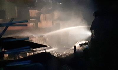 Cảnh sát phun nước khống chế ngọn lửa. Ảnh: Zing