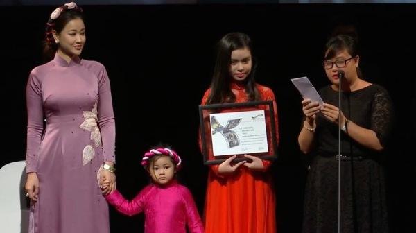 Maya cùng con gái lên nhận giải Phim xuất sắc nhất châu Á tại LHP Toronto 0