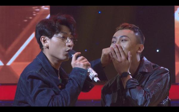 Ngoài ra, 'nam thần của showbiz Việt'còn có màn 'khóa môi'thí sinh ngay trên sân khấu khiến mọi người bật cười.