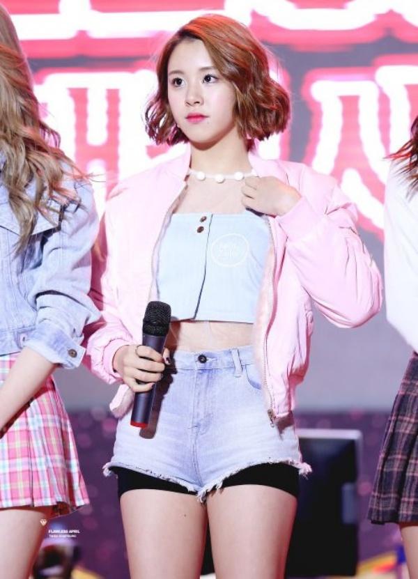 Chaeyoung lộ quần bảo hộ bên trong vì trang phục quá ngắn