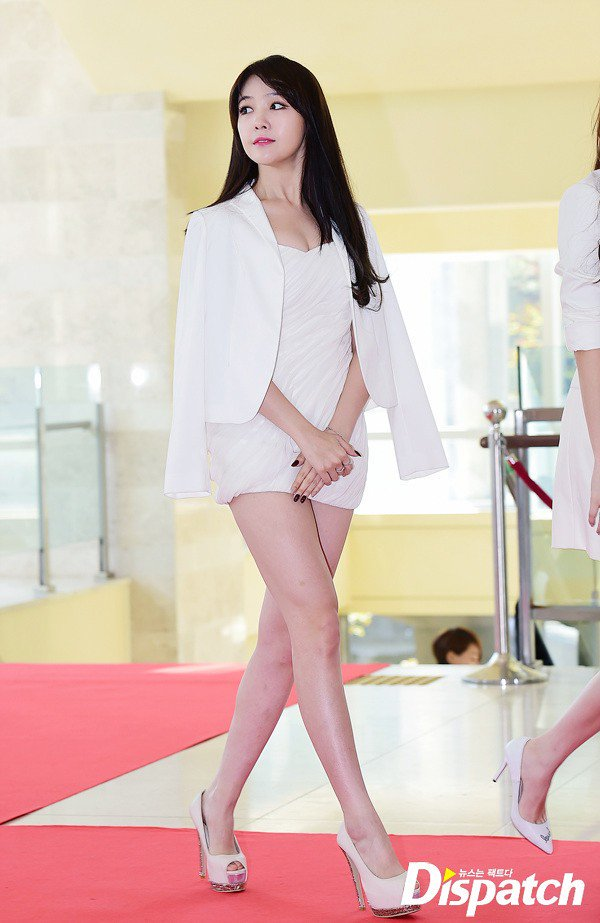 Chiếc váy ngắn khoe trọn vẹn đôi chân dài đáng ngưỡng mộ của Min Ah, song có vẻ như Min Ah không thật sự thoải mái khi diện chiếc váy ngắn đến thế