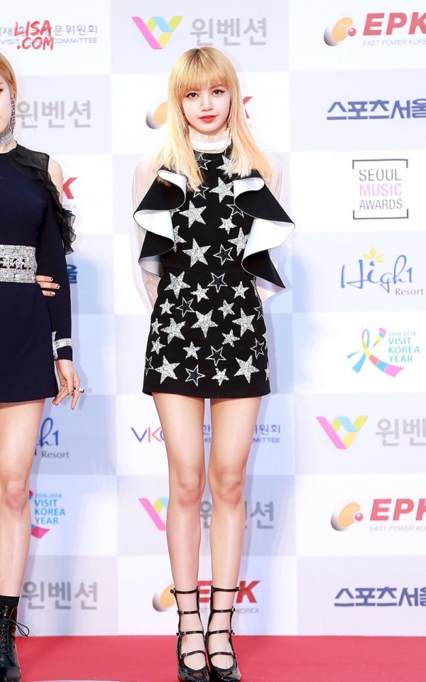 Trong một lần hiếm hoi được mặc đẹp khác, Lisa lại không thể thoải mái vì váy bị cắt lên quá ngắn. Đến nước này thì các fan hoàn toàn 'cạn lời' với stylist của Black Pink.