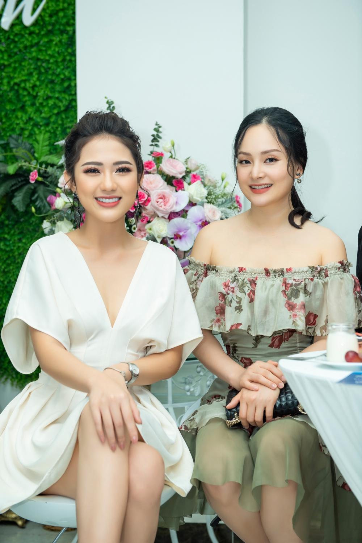 Hai người đẹp cũng nhiệt tình giải đáp những thắc mắc của người hâm mộ về bí quyết chăm sóc sắc đẹp của mình.