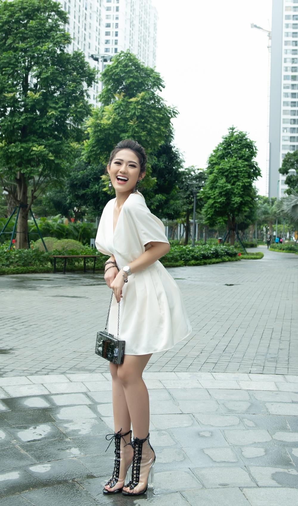 Vẻ ngoài của Trang Cherry thêm trẻ trung, năng động khi cây đồ trắng được kết hợp với đôi giày trong cao cổ thắt dây đen nổi bật.