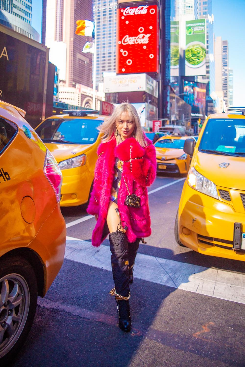 Châu Bùi tự tin sải bước giữa đường phố nước Mỹ trong bộ trang phục cá tính.