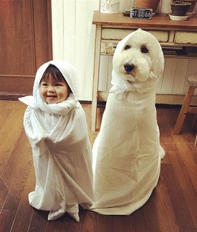 Mame 2 tuổi và chú chó Riku hiện đang tạo nên cơn sốt trên mạng xã hội vì quá đỗi đáng yêu