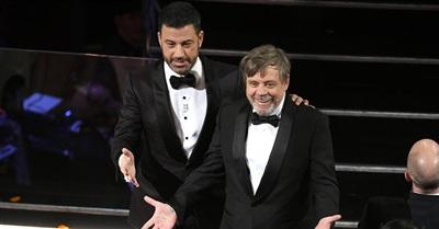 Jimmy Kimmel và Guillermo Del Toro vui vẻ chào khán giả có mặt tại rạp chiếu phim.