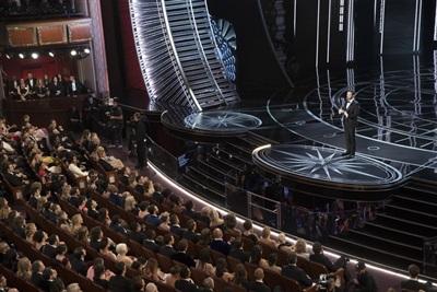 Jimmy Kimmel thay mặt dàn sao lớn gửi lời cảm ơn đến khán giả.