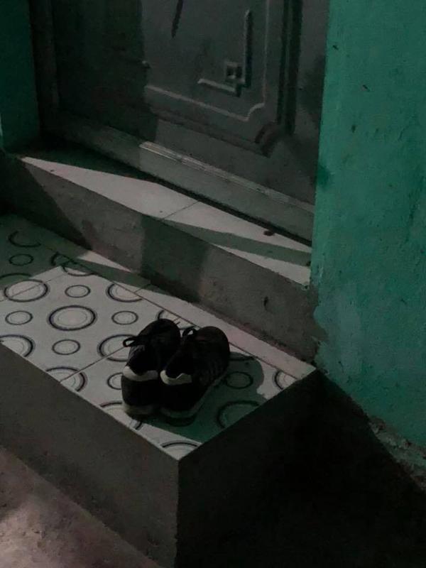 Chiếc giày nam lạ ở phòng nhà người yêu.