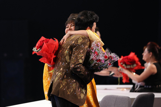 Trấn Thành - Hoài Linh chơi trội, tặng hoa toàn bộ khán giả ở phim trường 1