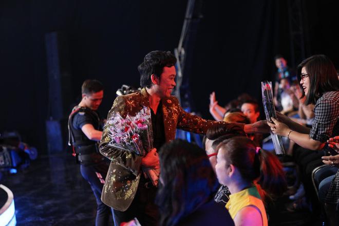 Trấn Thành - Hoài Linh chơi trội, tặng hoa toàn bộ khán giả ở phim trường 4
