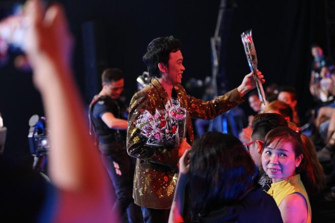 Hoài Linh tặng hoa cho khán giả nữ.