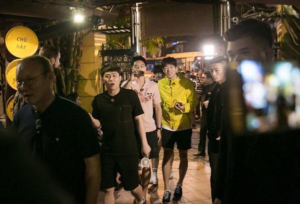 Loạt ảnh hiếm hoi của dàn sao Hàn và HLV Park khi dùng bữa tại Việt Nam 1