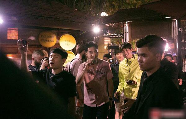 Loạt ảnh hiếm hoi của dàn sao Hàn và HLV Park khi dùng bữa tại Việt Nam 3