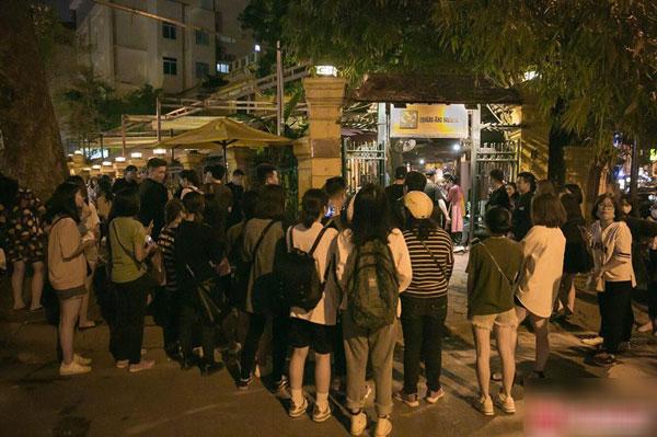 Người hâm mộ đứng chật kín phía trước quán ăn nơi các thành viên trong đoàn đang dừng chân