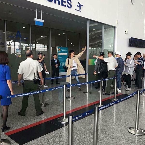 Lee Seung Gi vẫy tay chào người hâm mộ khi xuất hiện tại sân bay để về nước.