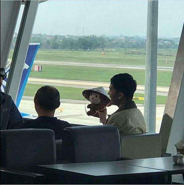 'Ngộ Không' Lee Seung Gi vui vẻ khoe món quà fan tặng là hình ảnh chú khỉ Son Yuk Gong đội nón lá cực đáng yêu.