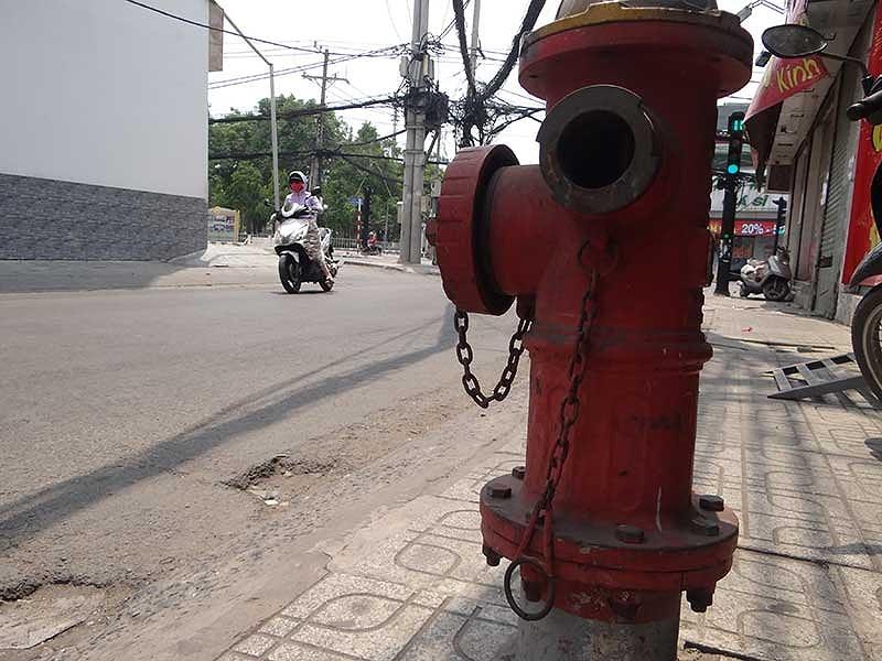 Trụ cứu hỏa ở khu dân cư Vĩnh Lộc bị hư hỏng. Ảnh: KB