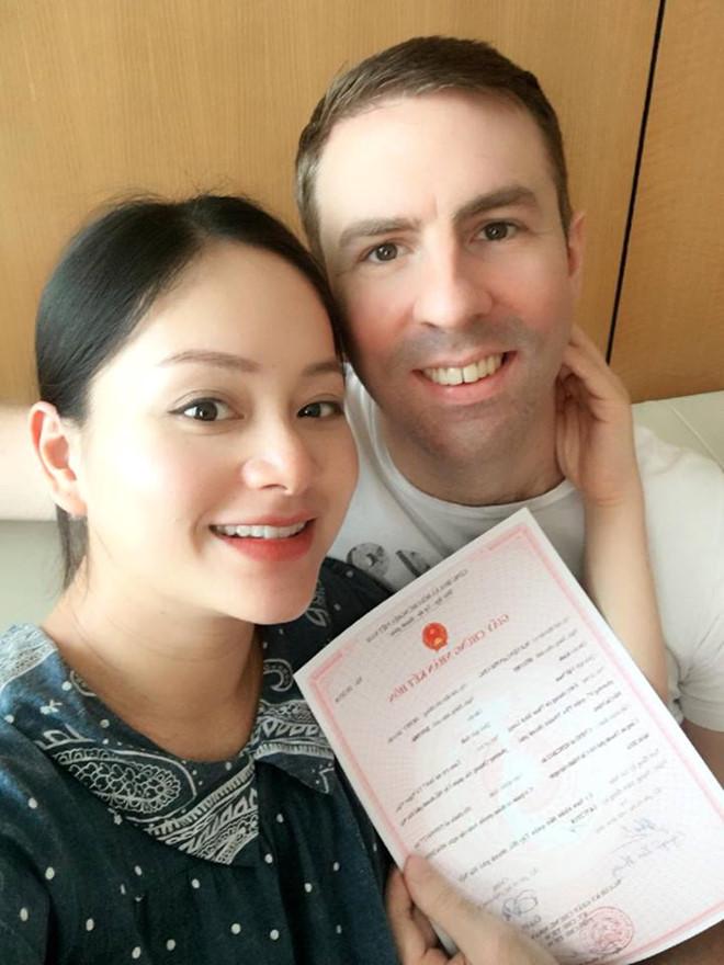 Trước khi lâm bồn, Lan Phương thông báo tin vui với bạn bè, người thân cô và bạn trai Dufy đã trở thành vợ chồng hợp pháp vào tối 14/5. Đăng tải khoảnh khắc 2 vợ chồng hạnh phúc cầm giấy hôn thú, Lan Phương hào hứng bảo: 'Từ hôm nay chúng tôi là Mr và Mrs Dufy'.