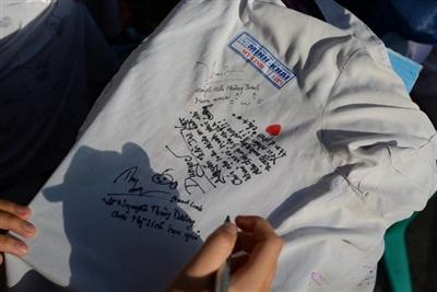 Nghi thức truyền thống của các bạn học sinh mỗi mùa chia ly là ký tặng nhau lên chiếc áo đồng phục.
