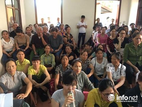 Người nhà các nạn nhân theo dõi phiên tòa trong phòng báo chí.