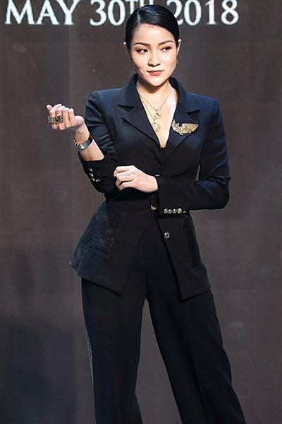 Jennifer Phạm cùng chồng 'tay trong tay' đến chúc mừng Thuỷ Top 0