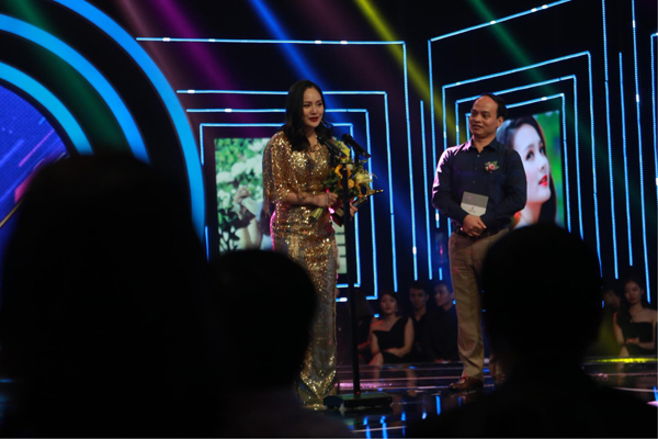 'Vợ điên' Lan Phương cùng 'chồng' Hồng Đăng nhận giải thưởng Diễn viên ấn tượng của năm 2