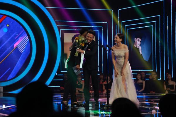 Lan Phương và Hồng Đăng nhận giải Nữ diễn viênấn tượng nhất năm và Nam diễn viên ấn tượng nhất năm.