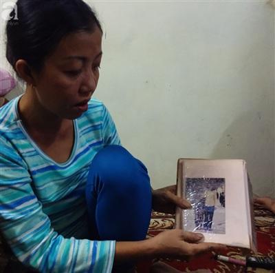 Chị Anh Thư cho PV xem bức ảnh duy nhất 2 mẹ con chụp chung ở bờ Hồ.